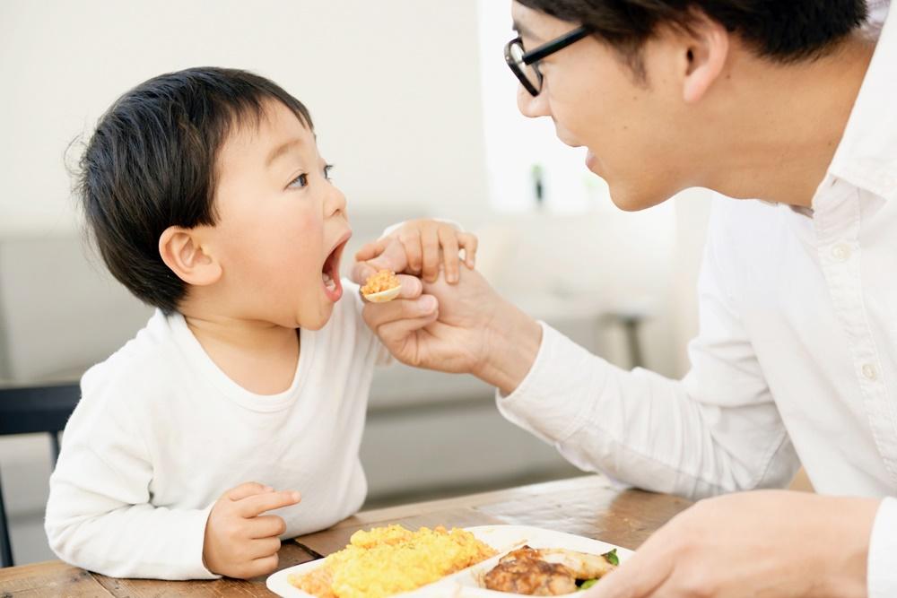 食事中の親子