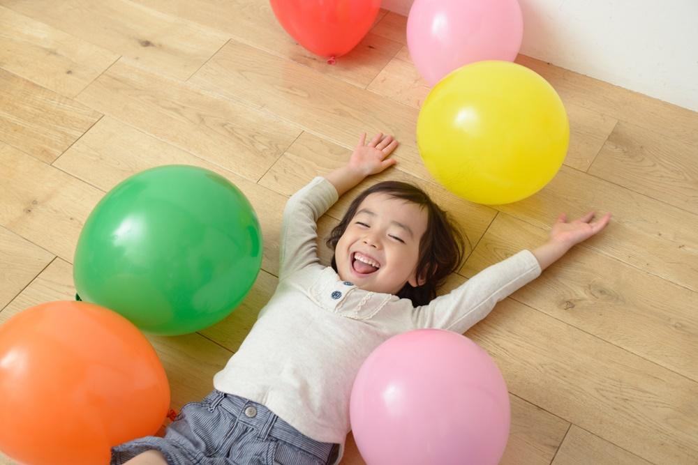色とりどりの風船で遊ぶ子供